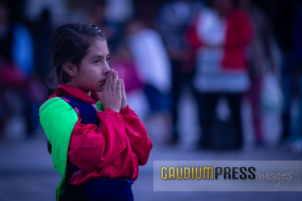 Mexico: a native Girl praying at the Guadalupe Shrine. © Gustavo Kralj/GPImages