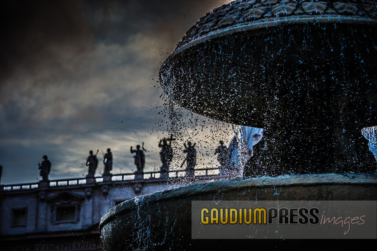 Rome: a water fountain watches over the pilgrims as the evening falls at St Peter Square. ©Gustavo Kralj/GPImages